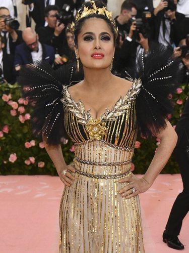 Salma Hayek vestida de Gucci en la alfombra roja de la Gala MET 2019