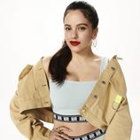 Rosalía con la chaqueta vaquera y el conjunto deportivo celeste de la colección Pull&Bear by Rosalía