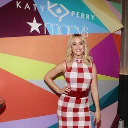 Katy Perry presenta su colección de zapatos con un look de estampado vichy