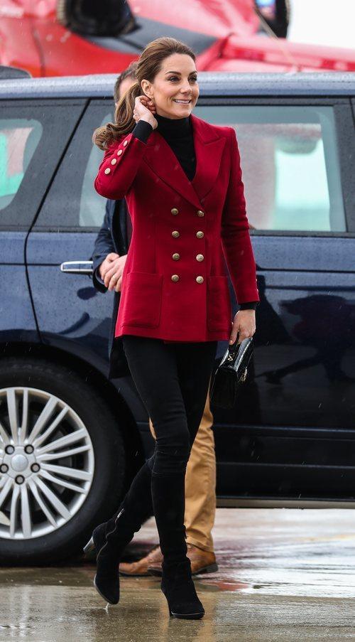 Kate Middleton luce una blazer granate cruzada en su visita a Gales en mayo de 2019