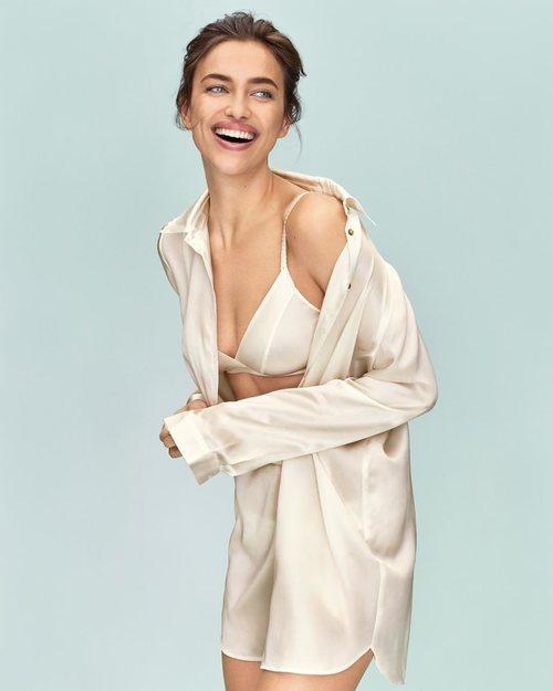 Irina Shayk con un camison de seda de la nueva campaña de Intimissimi 2019