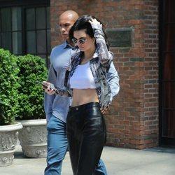 Kendall Jenner con pantalones de polipiel en Nueva York