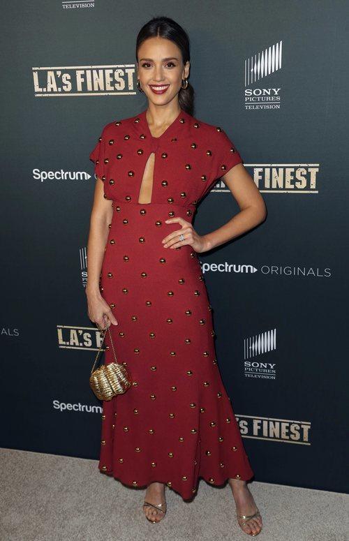 Jessica Alba con vestido rojo y dorado en la premier de 'L.A's Finest'