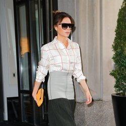 Victoria Beckham con una camisa de su propia firma en Nueva York