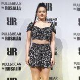 Rosalía con conjunto de blusa corta y pantalón en el evento de Pull&Bear
