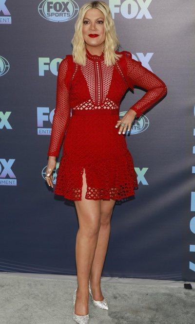 Tori Spelling con un vestido de tela agujereada en el evento Upfront de FOX