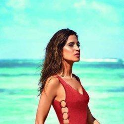 Sara Carbonero con bañador color teja de la nueva colección de Calzedonia