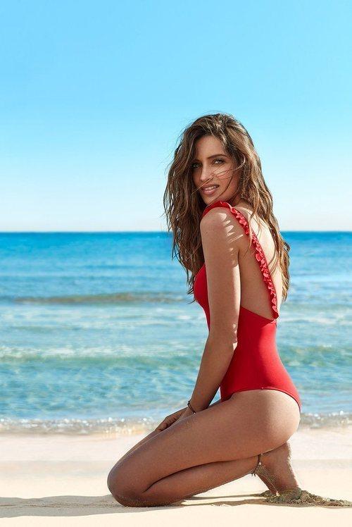 Sara carbonero posa con un bañador rojo con escote en la espalda para Calzedonia