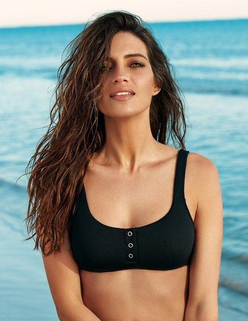 Sara Carbonero en Punta Cana con un bikini negro de la nueva colección de Calzedonia