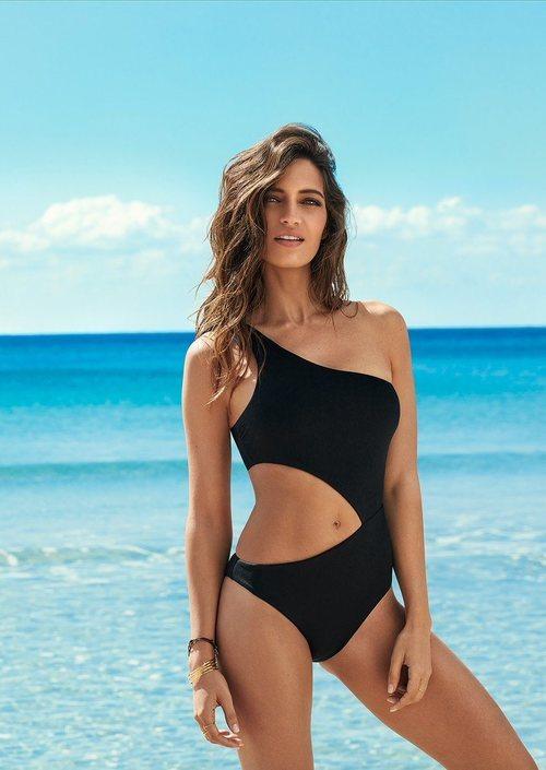 Sara Carbonero con un trikini asimétrico de la nueva colección de ropa de baño de Calzedonia