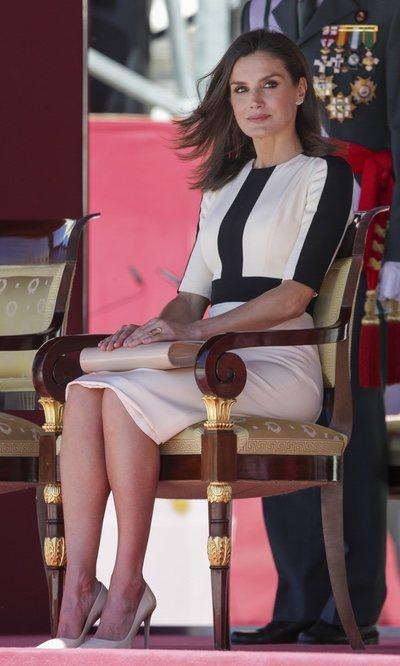 La Reina Letizia con vestido bicolor en el 175 aniversario de la Guardia Civil