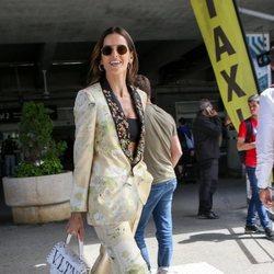 Izabel Goulart luce un traje estampado en su llegada al Festival de Cine de Cannes