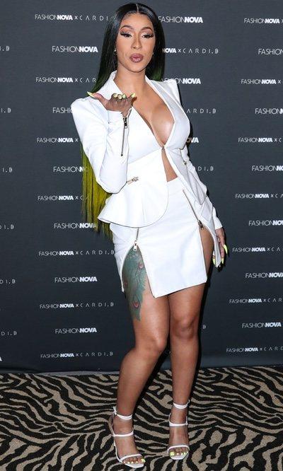 Cardi B con uno de sus diseños en la fiesta Fashion Nova