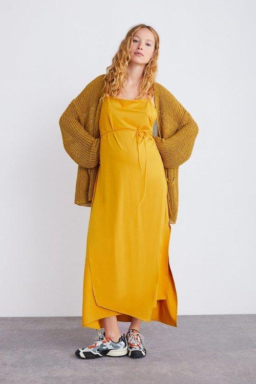 Vestido mostaza de la colección premamá primavera 2019 de Zara