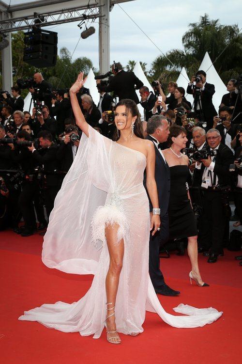Alessandra Ambrosio con vestido de Ralph & Russo en el Festival de Cannes 2019