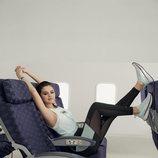 Selena Gomez con zapatillas 'SG Slip-on' celestes de Puma