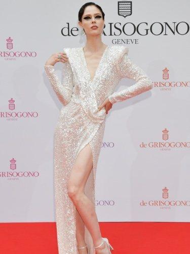 La modelo Coco Rocha posa en el Festival de Cine de Cannes con un vestido glitter y hombreras XL