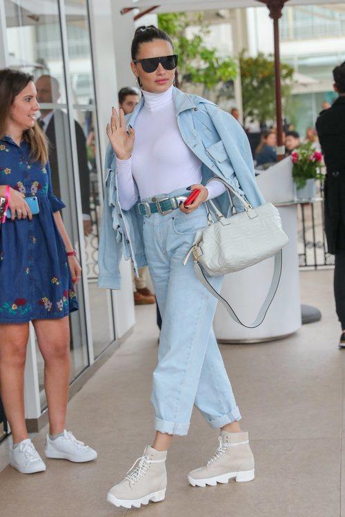 Adriana Lima, el ángel de Victoria's Secret, llega al Festival de Cine de Cannes con un denim total look