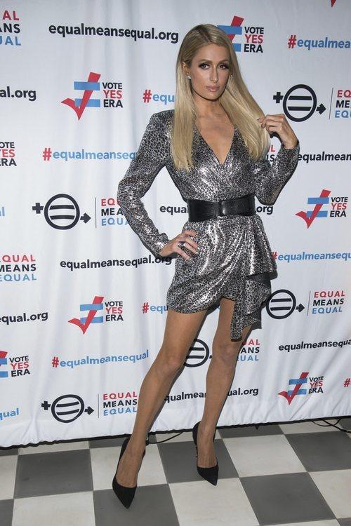 Paris Hilton con vestido mini animal print plateado en la campaña por la igualdad en Nueva York