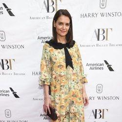 Katie Holmes con vestido floral en la alfombra roja de la Gala del American Ballet Theatre 2019 en Nueva York