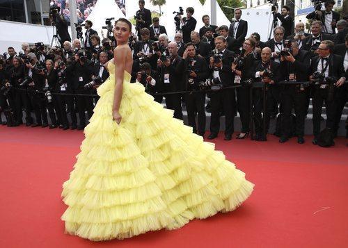 Fernanda Liz luce un vestido de tul con mucho volumen en color amarillo en la alfombra roja del Festival de Cine de Cannes 2019