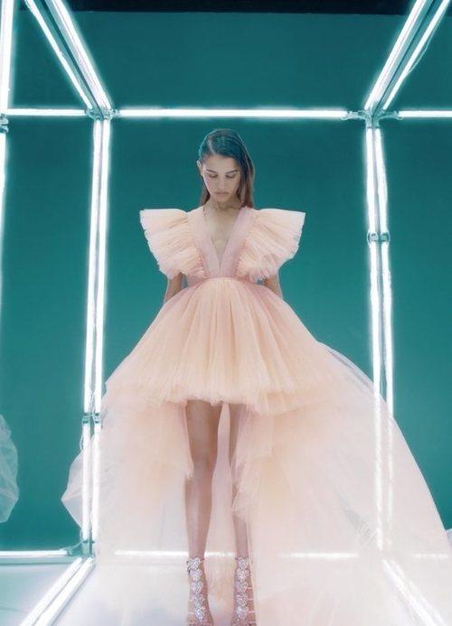 Vestido de tul con cola de Giambattista Valli x H&M