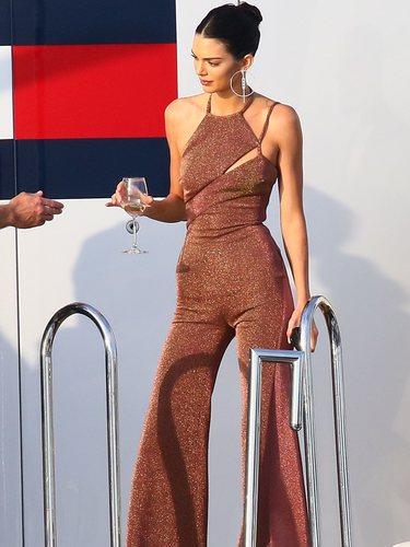 Kendall Jenner con un mono de oro rosa de Tommy Hilfiger x Zendaya llegando a Mónaco