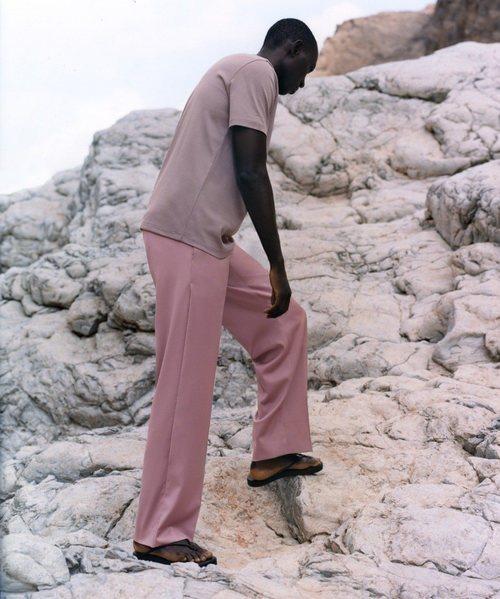 Modelo con un conjunto en color rosa de la colección de primavera 2019 de COS