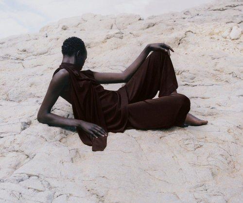 Modelo luciendo un conjunto en marrón de la colección de primavera 2019 de COS