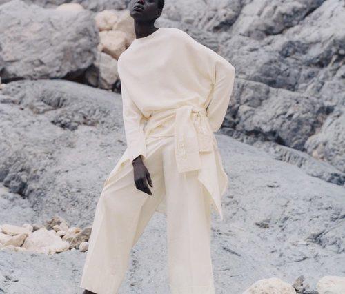 Conjunto blanco de la colección de primavera 2019 de COS