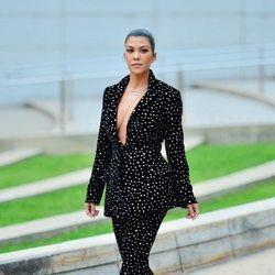 Kourtney Kardashian con un dos piezas negro de terciopelo e incrustaciones de cristales en los CFDA 2018
