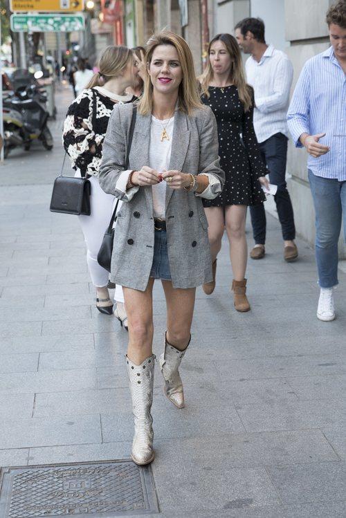 Amelia Bono con minifalda y botas cowboy en el concierto de David Bustamante