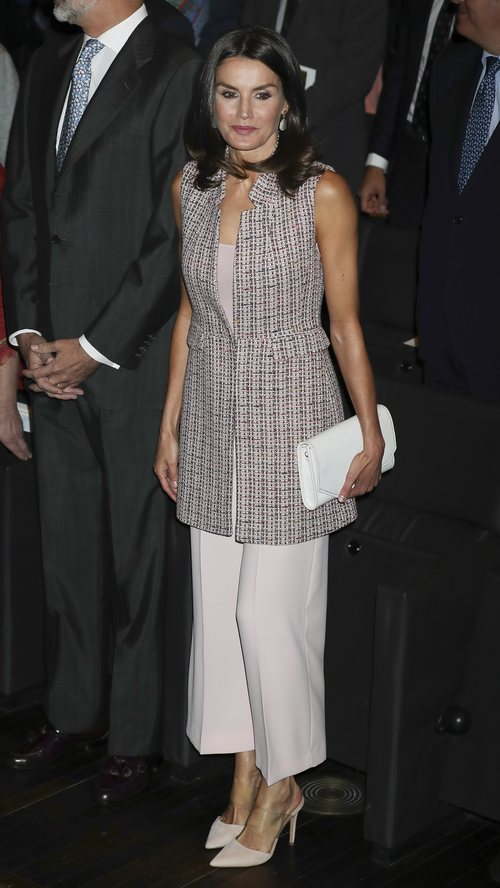 La Reina Letizia con chaleco y pantalones culotte en la entrega de becas de La Caixa
