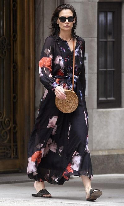 Katie Holmes con vestido largo de flores en Nueva York