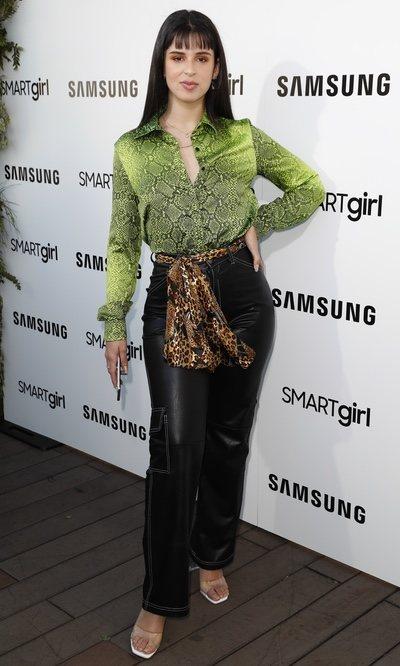 Nathy Peluso con animal print y pantalones de cuero en el evento de Samsung
