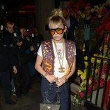 Miley Cyrus con look de inspiración años 70 en un restaurante de Londres