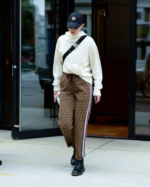 Gigi Hadid con pantalones de chandal de Burberry en Nueva York