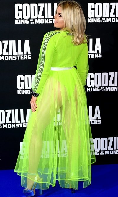 Tallia Storm con vestido de tul en verde neón durante la premier de 'Godzilla'