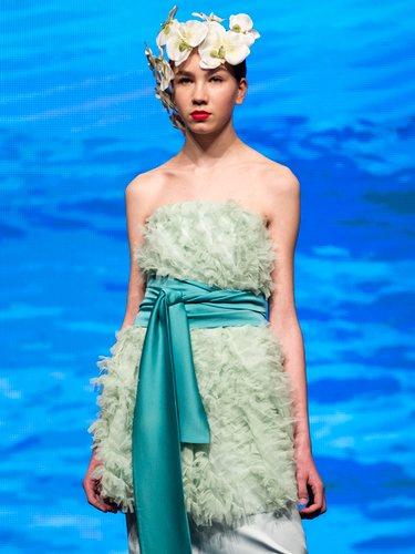 Dos piezas en color verde con top de tul y falda midi de la colección crucero de Juan Duyos para 'Alta Mar'