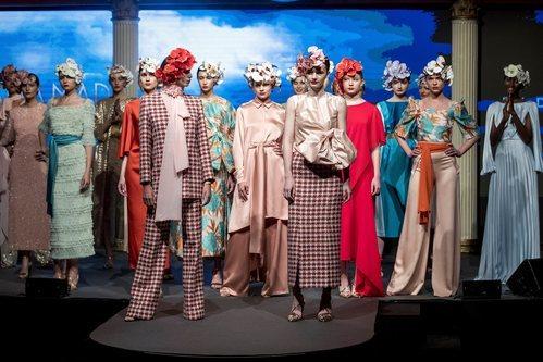 Carrusel de modelos al final de desfile de la colección crucero de Juan Duyos para 'Alta Mar'