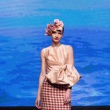 Top con lazo gigante y falda midi tweed de la colección crucero de Juan Duyos para 'Alta Mar'