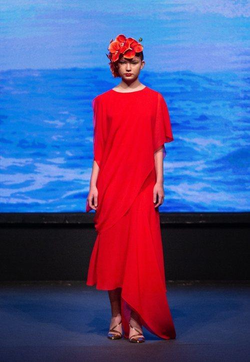 Vestido rojo asimétrico de la colección crucero de Juan Duyos para 'Alta Mar'