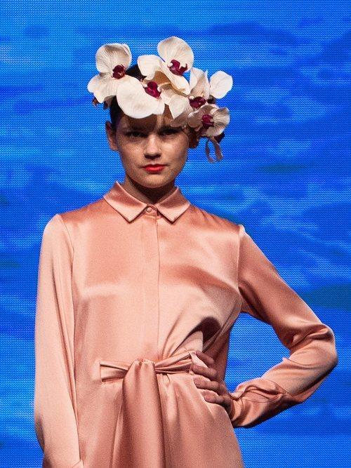 Vestido cuello camisero en color nude de la colección crucero de Juan Duyos para 'Alta Mar'