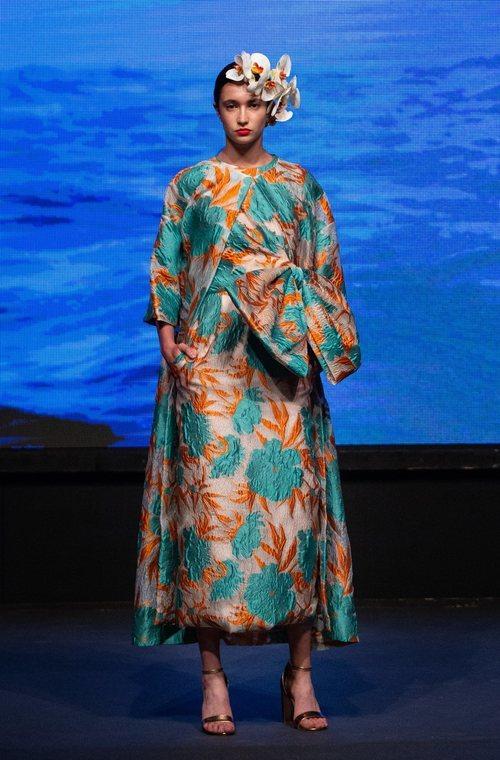 Vestido y capa con estampado floral de la colección crucero de Juan Duyos para 'Alta Mar'