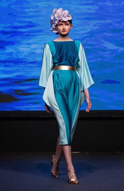 Vestido tres cuartos color block en tonos azules y cuello barco de la colección crucero de Juan Duyos para 'Alta Mar'