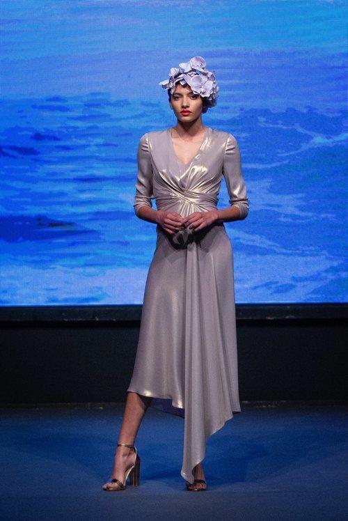 Vestido gris metalizado con fruncido y largo asimétrico de la colección crucero de Juan Duyos para 'Alta Mar'