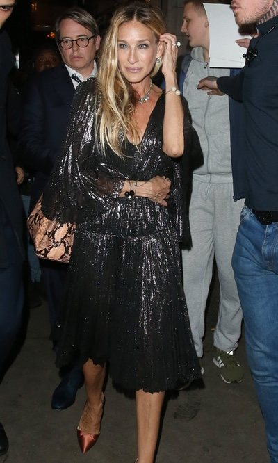 Sarah Jessica Parker con vestido cocktail negro en un evento en Londres