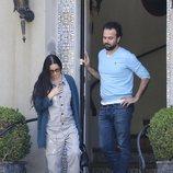 Demi Moore con mono de pintor visitando a un amigo en Los Ángeles