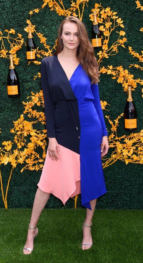 Andi Matichak posa en el photocall de la 12º Edición de Veuve Clicquot Polo Classic con un vestido asimétrico tricolor