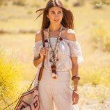 Blusa con escote palabra de honor y volante en el pecho en color crudo de la nueva colección 'Ibiza Zen' de Hug&Clau